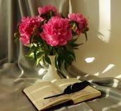与牡丹花束的静物画  免版税库存照片