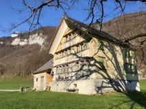 与牧场的农村传统建筑学在Appenzellerland地区和Alpstein山脉的 图库摄影