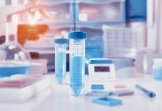 与特写镜头的科学背景在塑料管和实验室空间 免版税库存图片