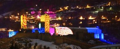 与特别圣诞灯的Castelgrande贝林佐纳 免版税库存图片