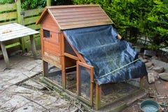 与特定基地和被即兴创作的防水盖子的鸡突然行动 免版税库存照片
