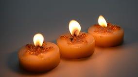 与特征模式的三个燃烧的装饰蜡烛 股票录像