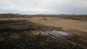 与犁土壤的拖拉机的农田鸟瞰图 影视素材