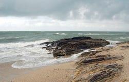 与狂放的波浪和岩石的法国海岸 免版税图库摄影