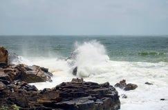与狂放的波浪和岩石的法国海岸 免版税库存图片