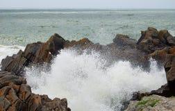 与狂放的波浪和岩石的法国海岸 库存照片