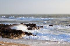与狂放的波浪和岩石的法国海岸 免版税库存照片
