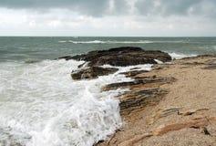 与狂放的波浪和岩石的法国海岸 库存图片