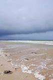 与狂放的波浪的法国海岸 库存图片