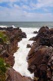 与狂放的波浪的法国海岸 免版税库存图片