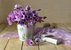 与狂放的银莲花属的静物画 免版税库存照片