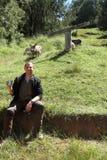 与狂放的warthog的徒步旅行队在非洲 库存图片