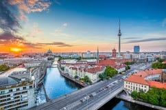与狂欢河在夏天,德国的柏林地平线 图库摄影