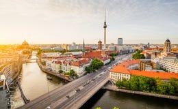 与狂欢河在夏天,德国的柏林地平线 库存照片