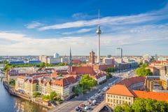与狂欢河日落的,德国的柏林地平线 库存照片