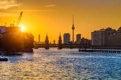 与狂欢河日落的,德国的柏林地平线 图库摄影