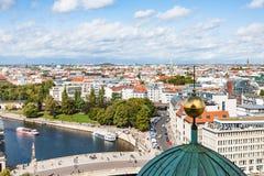 与狂欢河的柏林都市风景 库存图片