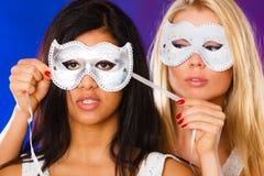 与狂欢节威尼斯式面具的两名妇女面孔 免版税库存照片
