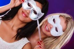 与狂欢节威尼斯式面具的两名妇女面孔 库存图片