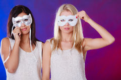与狂欢节威尼斯式面具的两名妇女面孔 库存照片
