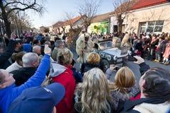 与狂欢节汽车和戴假面具的人的狂欢节prosession 'Busojaras的',冬天的葬礼狂欢节  免版税库存照片