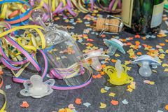 与狂欢节装饰的香宾和婴孩安慰者在板岩 库存照片