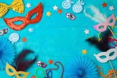 与狂欢节面具、胡子和照片摊支柱的狂欢节或狂欢节背景 免版税库存图片