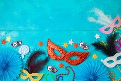 与狂欢节面具、胡子和照片摊支柱的狂欢节或狂欢节背景 库存照片