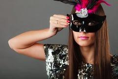 与狂欢节面具的妇女面孔 免版税库存图片