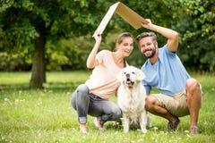 与狗和屋顶的家庭 免版税库存照片