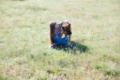 与狗护羊狗训练的妇女戏剧好 库存图片