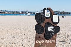 与狗的人戏剧在狗海滩后的入口标志在圣地亚哥 免版税库存照片