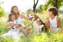 与狗的孩子 免版税图库摄影