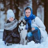 与狗的家庭步行 免版税库存照片