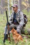 与狗的猎人 库存照片