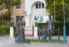 与狗的雕塑安东・帕夫洛维奇・契诃夫和夫人 免版税库存照片