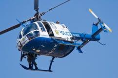 与狙击手的一架SA警察Bo 105直升机 免版税图库摄影