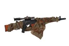 与狙击手范围的被伪装的卡拉什尼科夫AK 库存照片