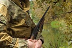 与狩猎步枪的人狩猎 复制空间 免版税库存照片