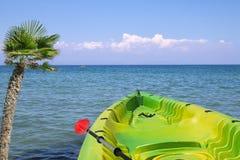 与独木舟的海景 库存照片