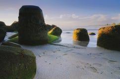 与独特的岩层风景的美好的海视图在惊人的日出 免版税库存图片