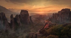 与独特的岩石和修道院的美好的风景对此 免版税库存图片