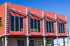 与独特的建筑学的五颜六色的现代大厦 免版税库存照片
