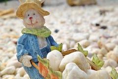 `与独轮车的兔宝宝农夫` HD微型兔子有很多岩石 库存图片