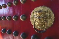 与狮子瘤的东方朱红色的门 免版税库存照片