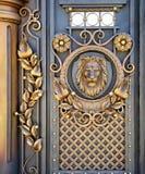 与狮子的伪造的门 库存图片