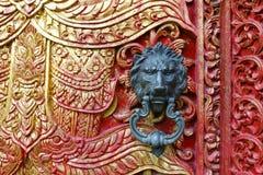 与狮子设计的门把手在佛教寺庙 免版税库存照片