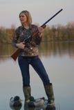 与猎枪和诱饵的女性鸭子猎人 免版税库存照片