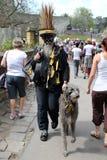 与猎狼犬的扫烟囱的人在罗切斯特清扫节日 免版税图库摄影