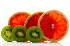 与猕猴桃和他们的零件特写镜头的新鲜的成熟水多和开胃葡萄柚,隔绝在白色背景 免版税图库摄影